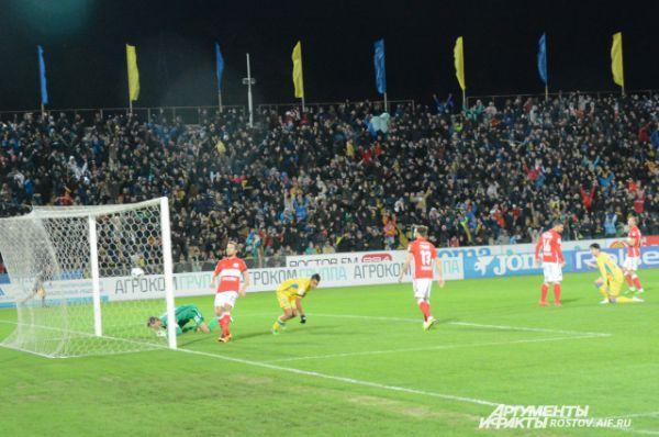 Ростовчане забивают второй мяч в ворота москвичей.