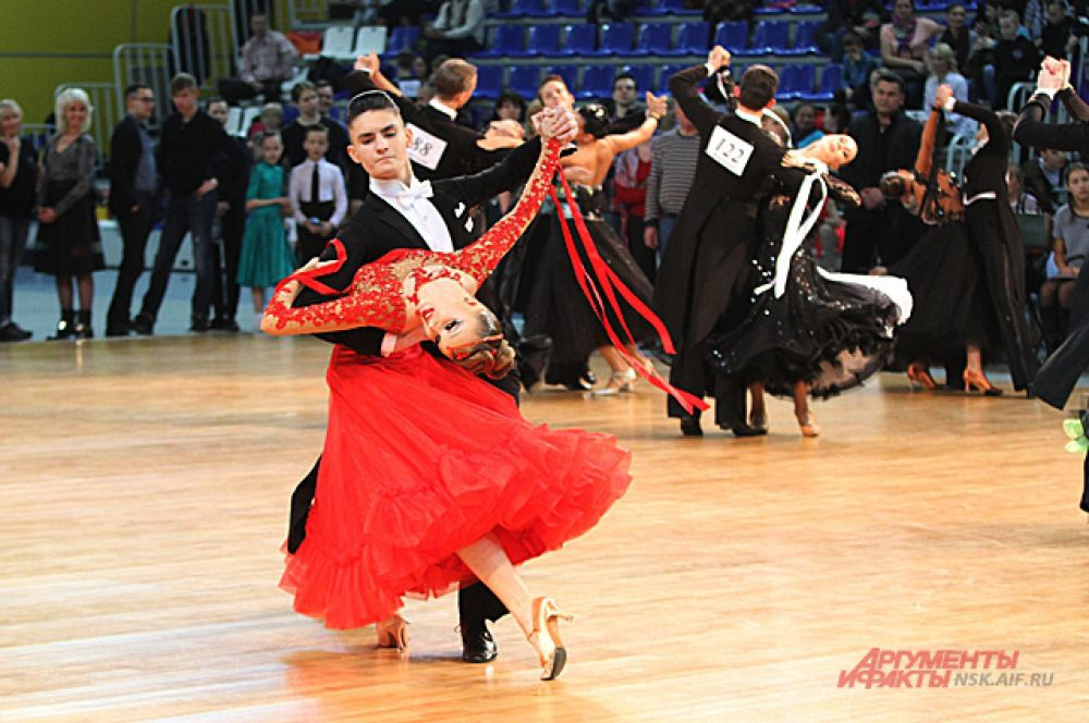 Европейская программа позволила насладиться не только танцем, но и красивыми платьями партнерш и утонченными костюмами партнеров.