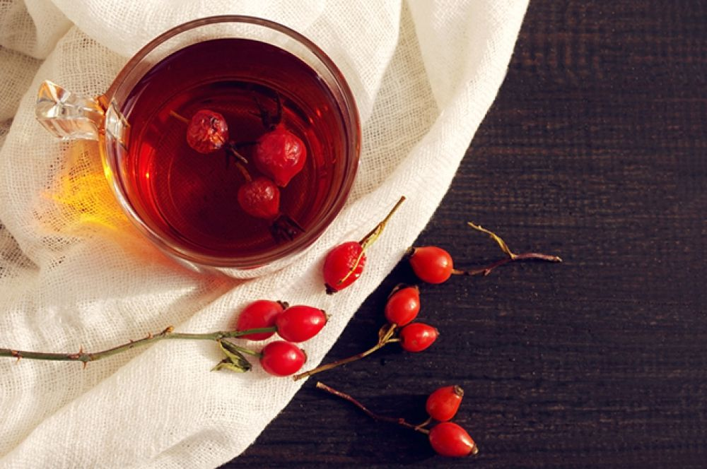 Шиповник — 450 мг в свежих ягодах и 1000 мг в сушеных.