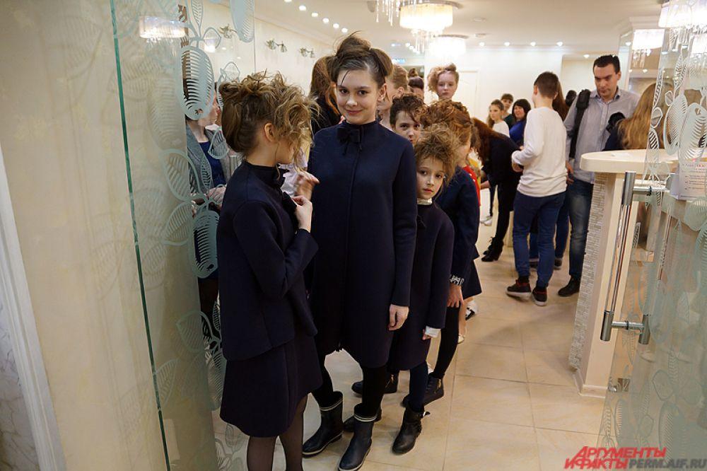 Сами девочки очень волновались перед выходом на публику.