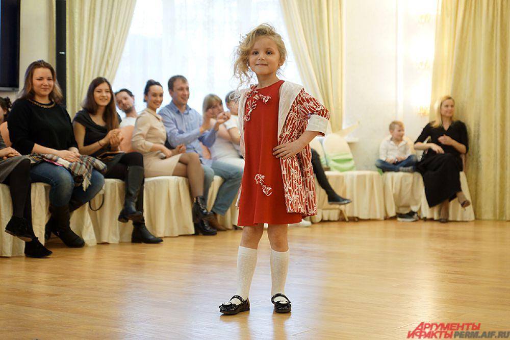 Самых маленьких моделей публика поддерживала громогласными аплодисментами.