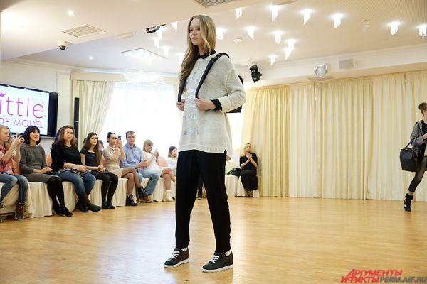 В рамках гала-показа девочки дефилировали по сцене перед зрителями, представляя одежду известных брендов.