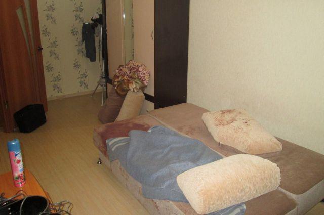 Полиция вскрыла квартиру, где жили молодые, и обнаружили пятна крови на диване.