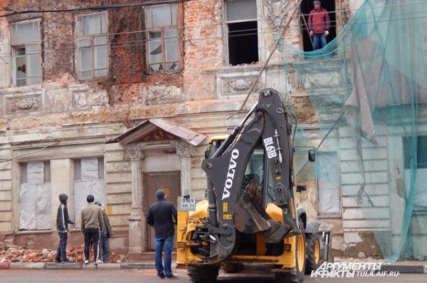 Этот дом сносить не стали. Его решили восстанавливать.