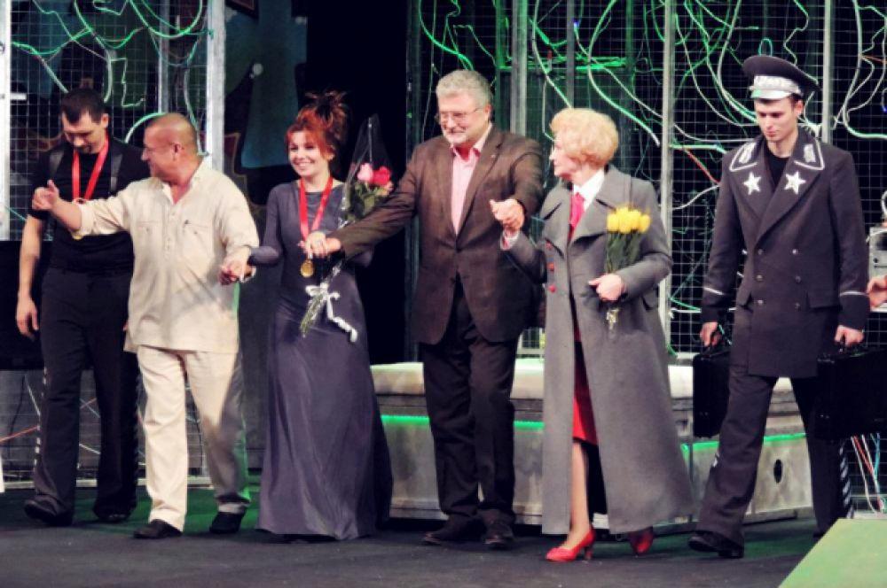 Специальным гостем стал сам драматург Юрий Поляков - выходит на поклон с артистами.