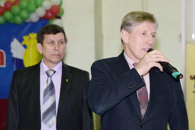 Участников Мемориала  приветствует президент  федерации бокса Брянской области Виктор Гринкевич, слева – исполнительный директор федерации бокса  Геннадий Шилин.