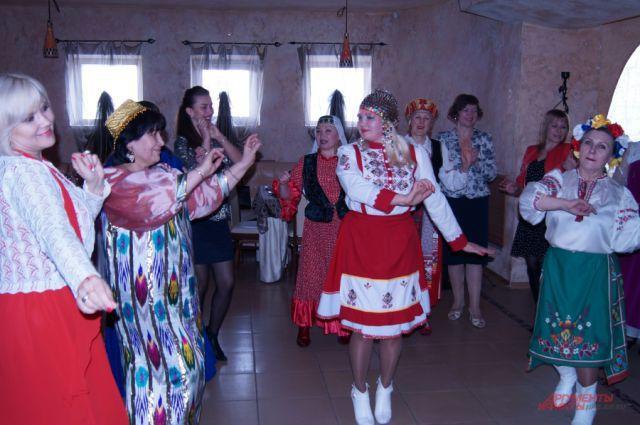 Организаторы дискотеки - женский клуб «Дружба без границ»