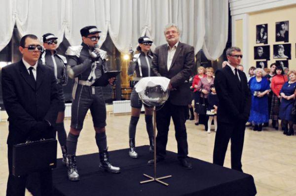 Премьера прошла с успехом. В антракте актёры разыграли чемоданчик с секретом, точной такой же,  как у главного героя комедии – русского офицера Стороженко.