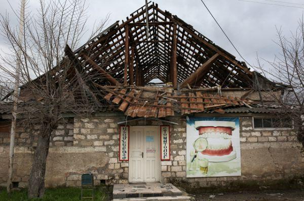 Разрушенный дом в одном из сел Мартакертского района в зоне карабахского конфликта.