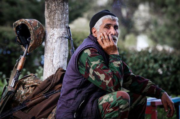 Доброволец у сборного пункта в городе Аскеране в Нагорном Карабахе.
