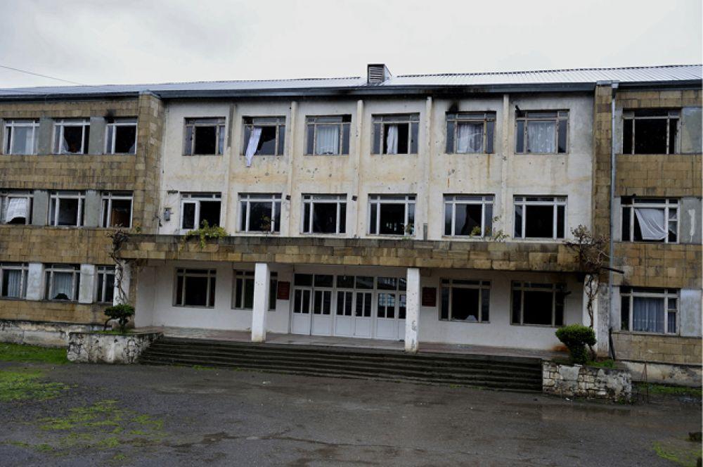 Здание школы с выбитыми стеклами в окнах в городе Мартакерте в зоне карабахского конфликта.