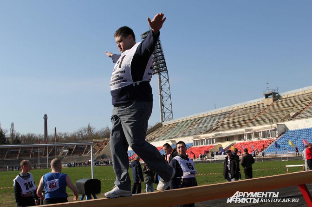 Организаторы впервые включили в программу упражнений на ловкость – хождение по гимнастическому бревну.