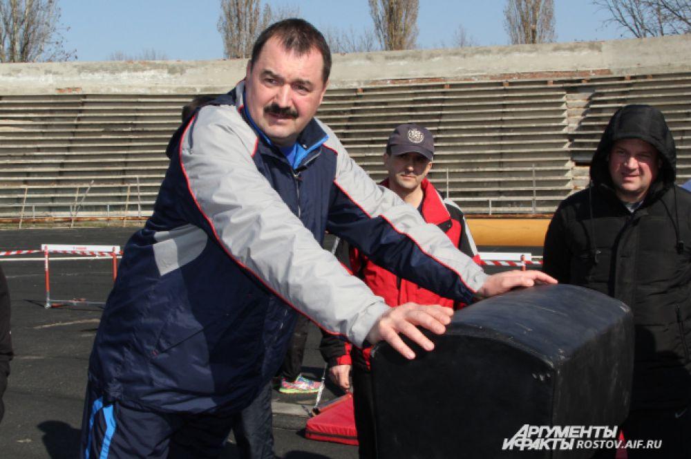 52-летний генерал Андрей Козлов и по бревну прошелся, и через козла благополучно прыгнул, показав своим подчиненным пример великолепной физической готовности.