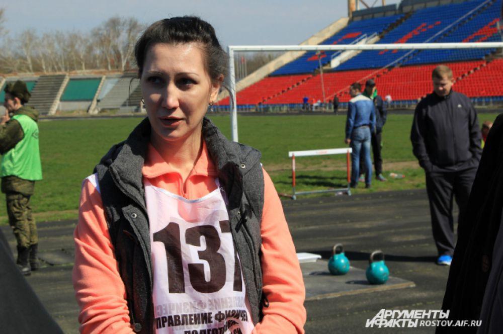 Единственной женщиной в этот день экзаменов была ефрейтор Наталья Кадочникова, которая служит в отделении кадров ЮВО. Все нормативы она благополучно сдала. А вот некоторые офицеры получили двойки. В течение пяти месяцев им дается шанс на пересдачу.