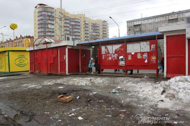 Городские остановки - место притяжения мусора.