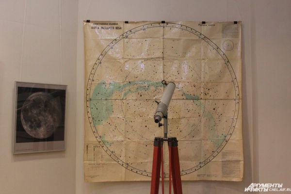 Телескоп и карта звёздного неба.