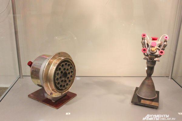 Макеты ракетных двигателей. Слева - твердотопливный двигатель мягкой посадки, предназначен для уменьшения скорости приземления спускаемого аппарата пилотируемого корабля «Союз». Справа - двухкомпонентный жидкостный реактивный двигатель малой тяги, применяется в составе двигательных установок грузовых кораблей.