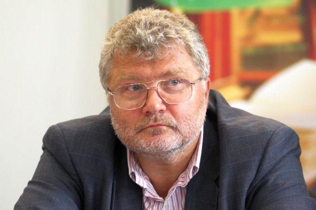 Автор пьесы «Чемоданчик» Юрий Поляков.