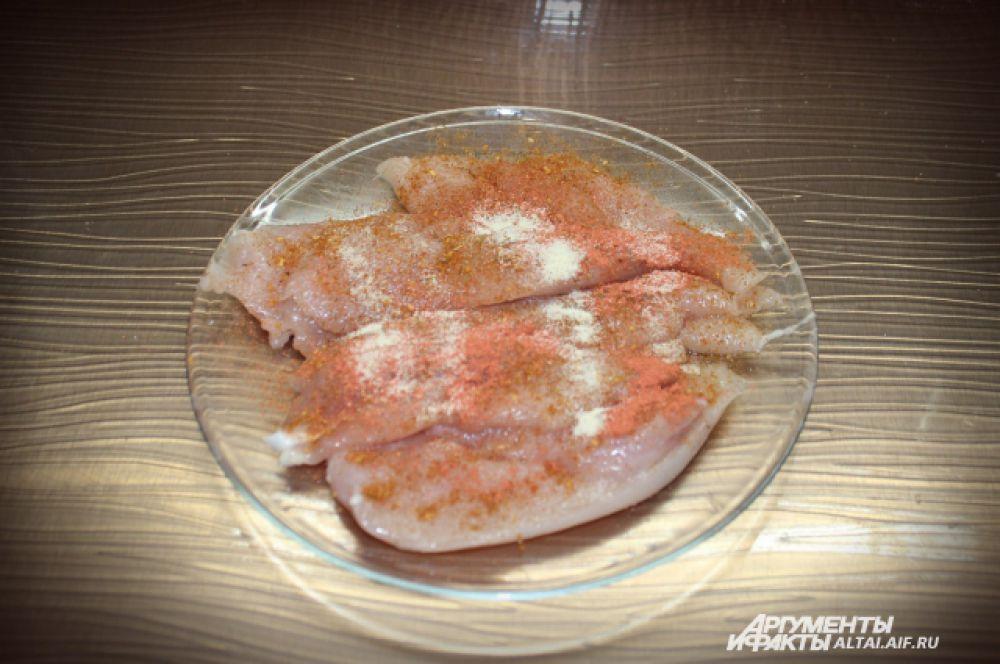 Филе солим, добавляем специи: чеснок, куркуму, паприку.