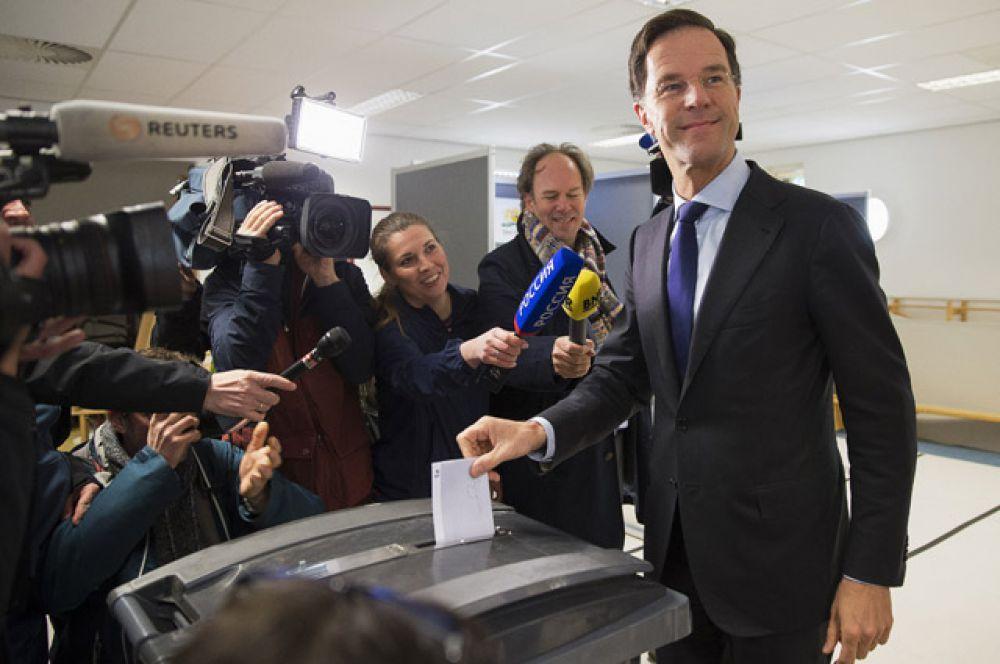 Премьер-министр Нидерландов Марк Рютте голосует на референдуме по вопросу ассоциации Украиной с ЕС.