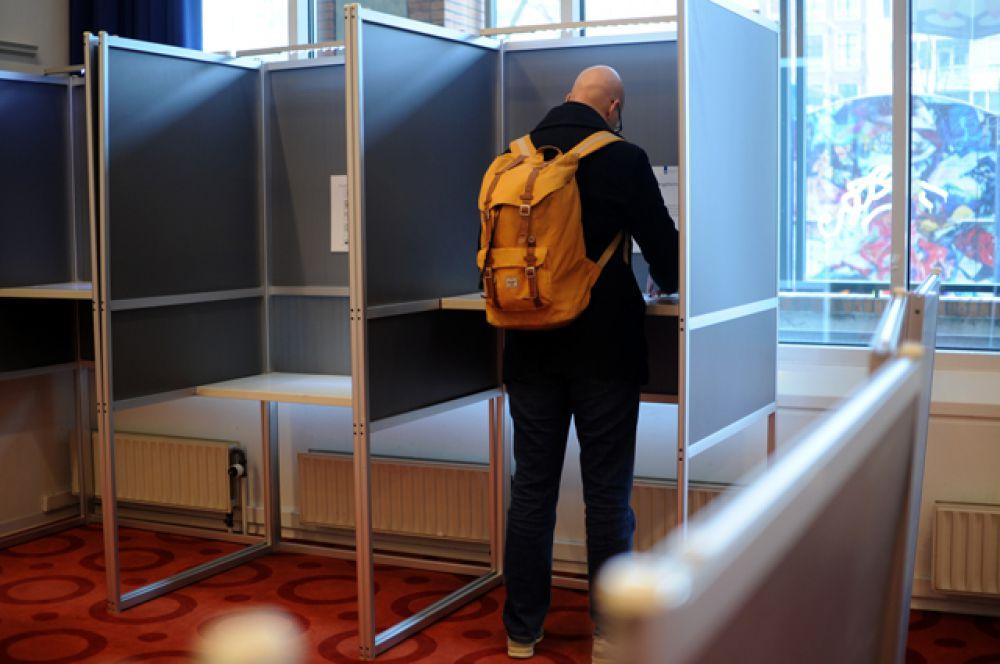 Избирательница во время голосования об ассоциации Украины с ЕС в Амстердаме.
