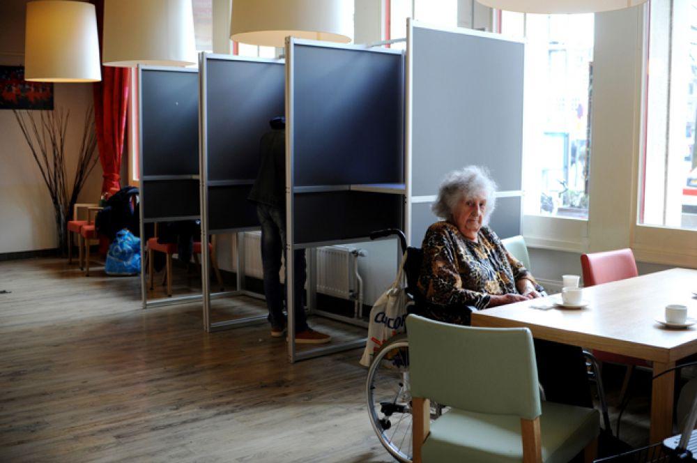 Избиратели во время голосования об ассоциации Украины с ЕС в Амстердаме.