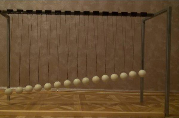 Система маятников -одно из Дашиных приспособлений для лабораторных работ.