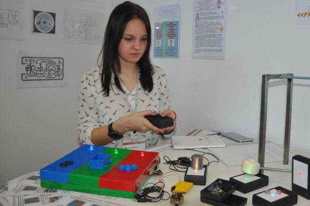 17-летняя школьница Даша Берейчук сама разрабатывает и собирает пособия для инклюзивного образования.