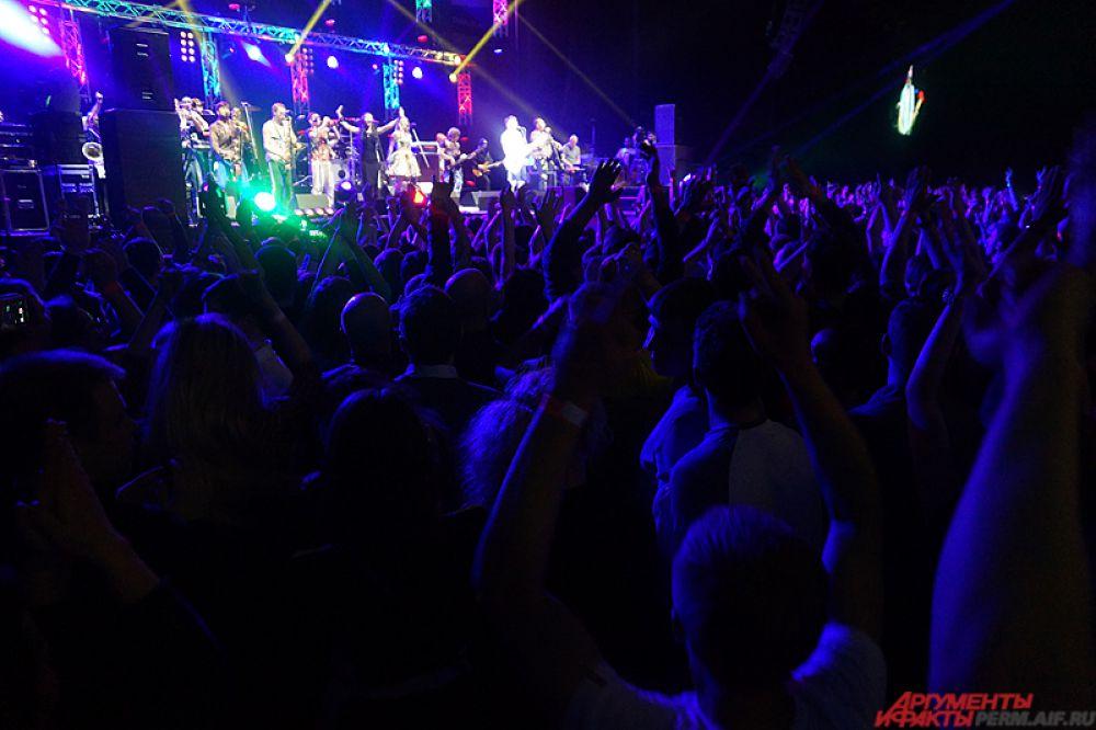 По предварительным данным, на концерт пришло около четырёх тысяч человек.