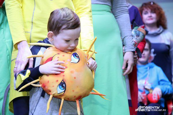 Детям-участникам показа организаторы подарили мягкие игрушки.