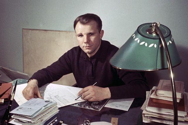 Лётчик-космонавт Юрий Гагарин в своём рабочем кабинете.