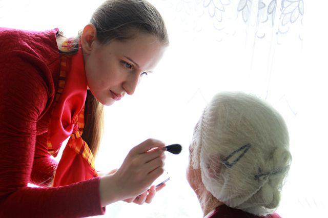 Участникам фотосессии сделали профессиональный макияж.