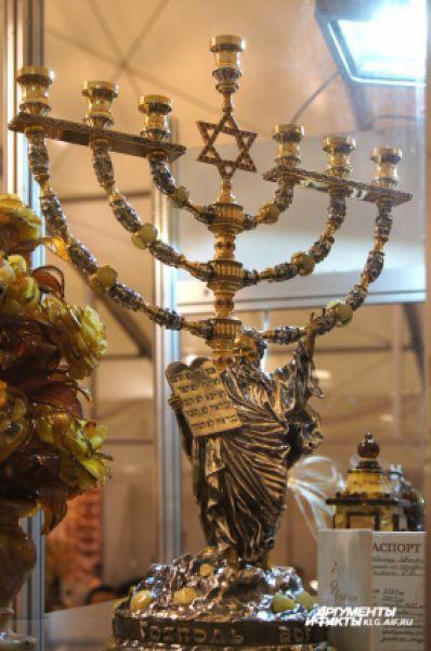 В древности янтарем отделывали одежду, магический инвентарь и литургическую утварь, барельефы. Современные ювелиры не отстают.