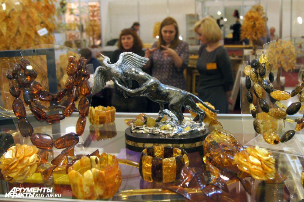 Самые большие месторождения янтаря располоены на побережье Балтийского моря, поэтому его называют «золотом Балтики».