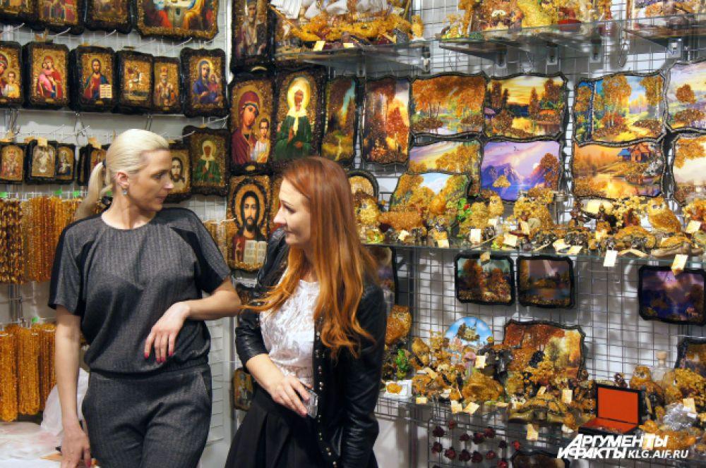 Самый распространенный сувенир, который везут с Балтики туристы - картины из янтаря.