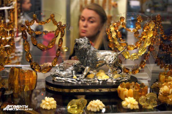 Чаще всего на прилавках современных ювелирных магазинов можно найти янтарные бусы, серьги или колье.