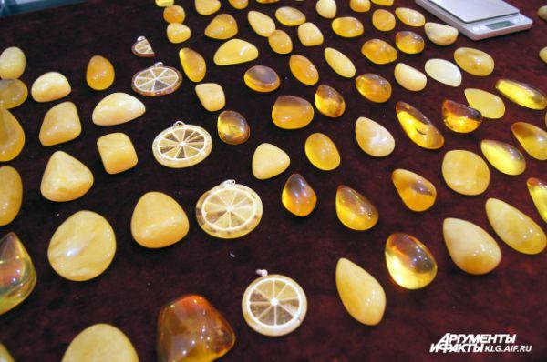 Среди ювелиров особенно ценятся кусочки янтаря с заключенными внутри них пузырьками воздуха или воды.