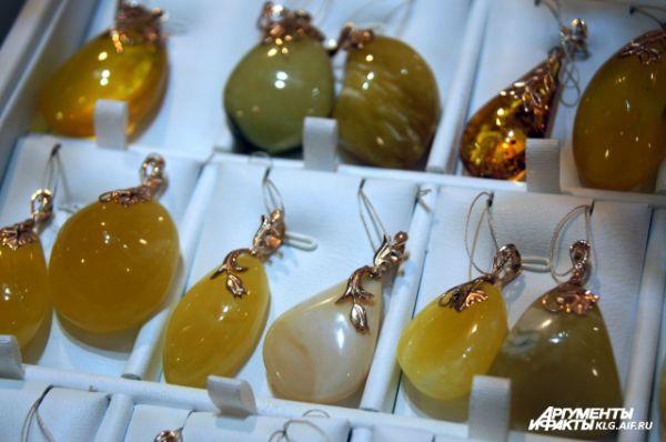 Лучшими считают виды янтаря, которые имеют цвет воска, прозрачные и красные с желтоватым отливом.