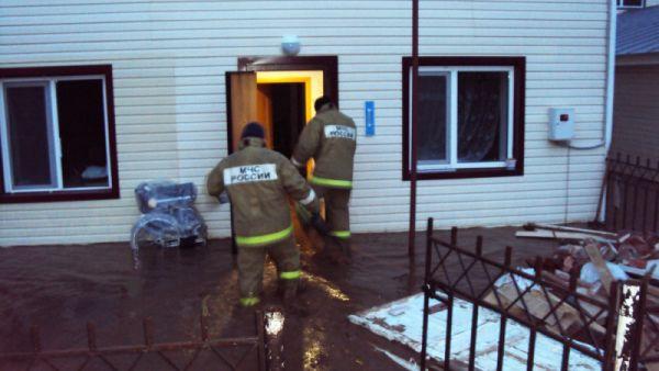Людей из домов пожарные эвакуировали на руках