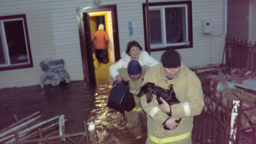 Ближе к полуночи спасатели эвакуировали 16 человек, пострадавших нет.