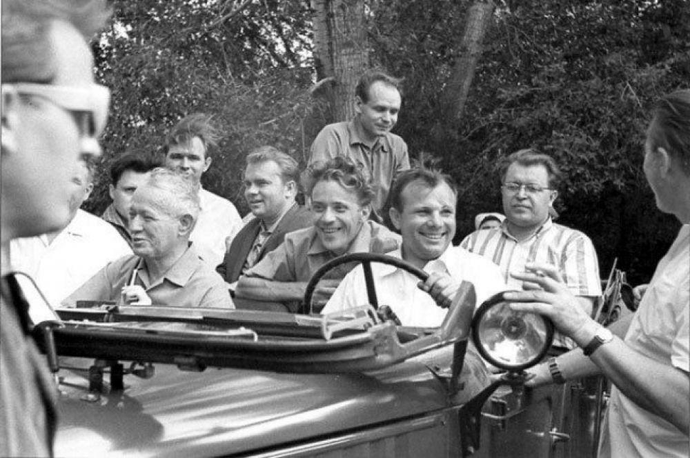 Отправка на пикник в окрестности станицы Еланской. Перед тем как тронуться, Юрий Гагарин, разумеется, сказал свое знаменитое «Поехали!»