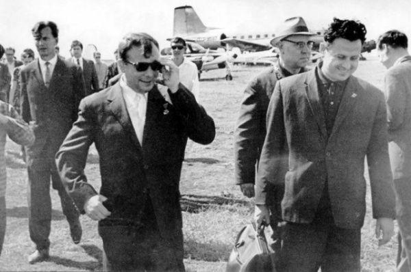 В станице Вёшенской 13 июня, первый космонавт едет в гости к писателю Михаилу Шолохову. После вчерашнего гостеприимства в Ростове Гагарин надел чёрные очки, но держался молодцом.