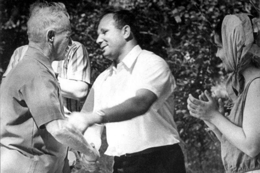 Кстати, в небе над Вёшками Гагарин самовольно высадил пилота из кресла «виповской» чешской «Моравы», и  выписывать над станицей лихие пируэты. Но села благополучно на грунтовый аэродром возле хутора Базки.