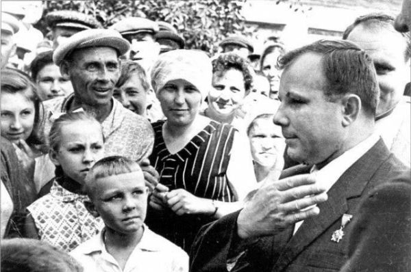 «Знаете, каким он парнем был! На руках весь мир его носил». Эти строки из песни о первом космонавте СССР Юрие Алексеевиче Гагарине. Подвиг и улыбка Гагарина останутся в веках…