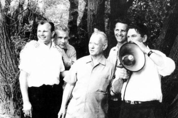 Кто обнимает Гагарина сзади за плечи – истории неизвестно. Зато известно, что буквально каждый незнакомец мог подойти к космонавту № 1, обнять душевно, прижать к груди, назвать Юрой. Гагарин не возражал. Он привык ко всенародному обожанию, но не тяготился им. Был настоящим народным героем.