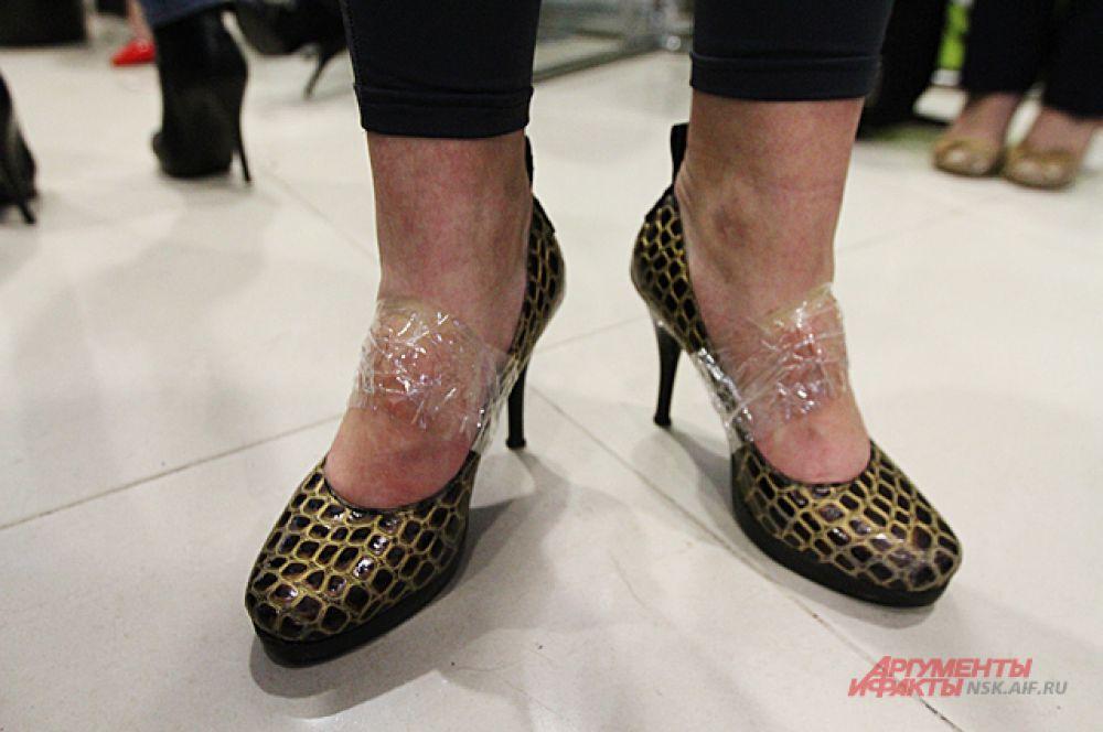 Некоторые для больше надёжности привязали туфли скотчем.
