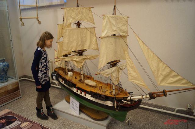 На выставке представлены большие макеты кораблей «Надежда» и «Нева»