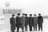 А.А.Леонов, летчик-космонавт СССР, дважды Герой Советского Союза (третий слева) среди участников будущих совместных советско-сирийских космических экипажей.
