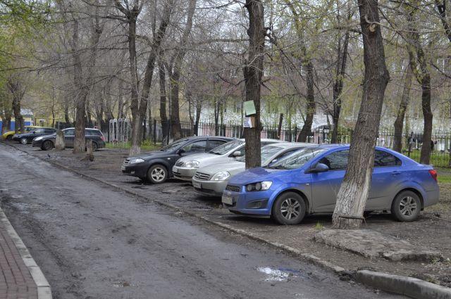 За парковку на газонах грозит штраф.
