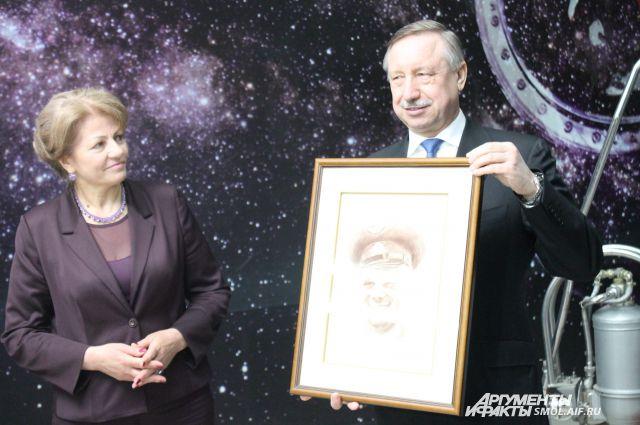 Александр Беглов с портретом Гагарина кисти Никаса Сафронова.